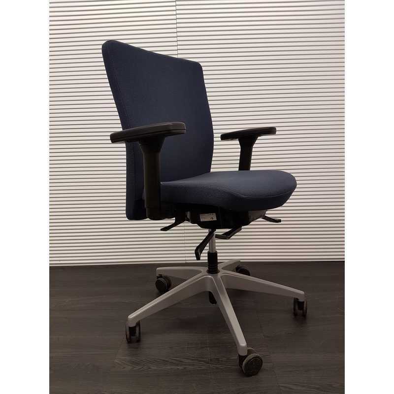 Bureaustoel Stof Zwart.Bureaustoelen Interstuhl Famos 1f52 Air Bureaustoel Blauwe Stof