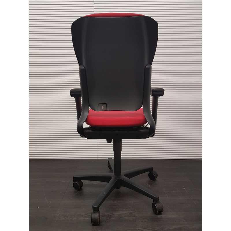 Ahrend 230 Bureaustoel Zwart.Ahrend 230 Bureaustoel Met Hoge Rug Roze Rode Stof Zwart Kunststof Voetenkruis 3d Soft Pad Armleggers