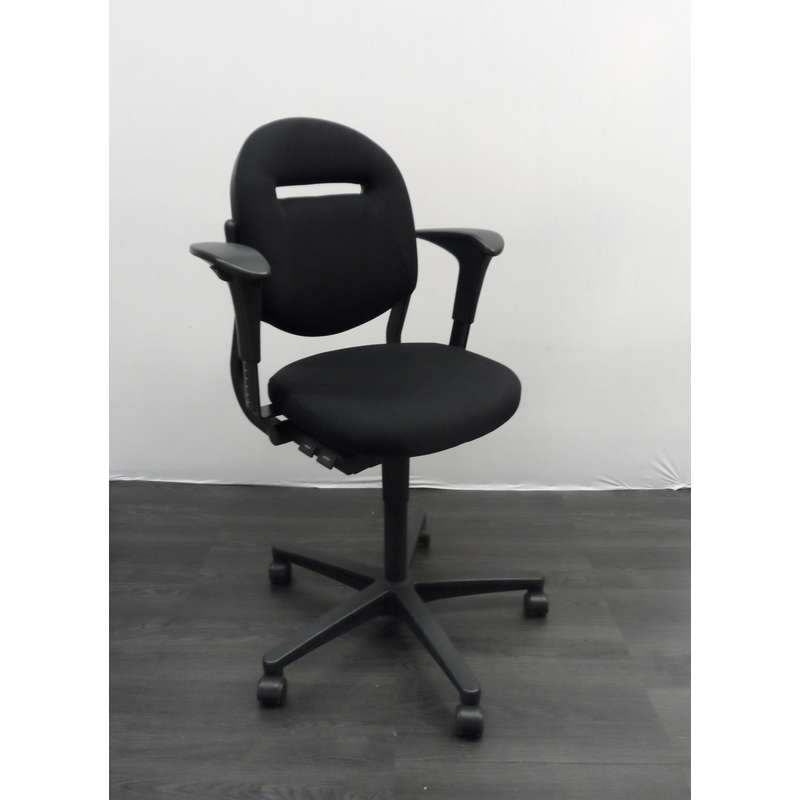 Ahrend 220 Bureaustoel Zwart.Ahrend 220 Bureaustoel Zwarte Stof Zwart Kunststof Voetenkruis 2d Armleggers Nieuw Gestoffeerd